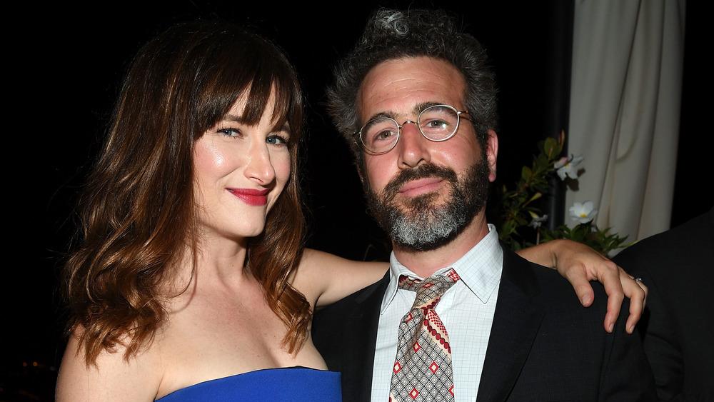 Kathryn Hahn con el brazo alrededor de Ethan Sandler