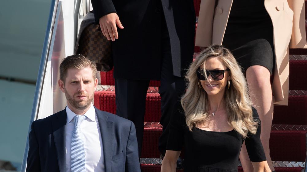 Eric y Lara Trump saliendo del Air Force One