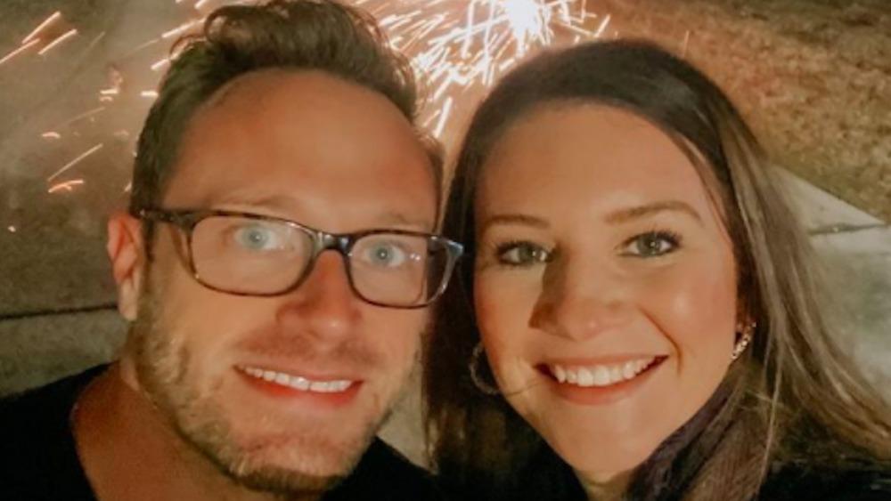 Danielle Busby y Adam Busby se toman una selfie navideña