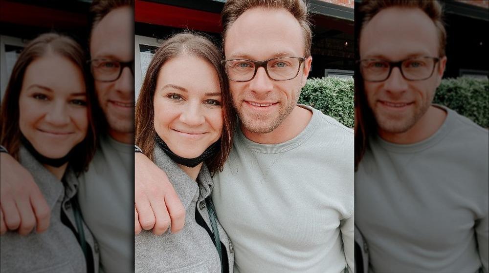 Danielle y Adam Busby sonríen para una selfie