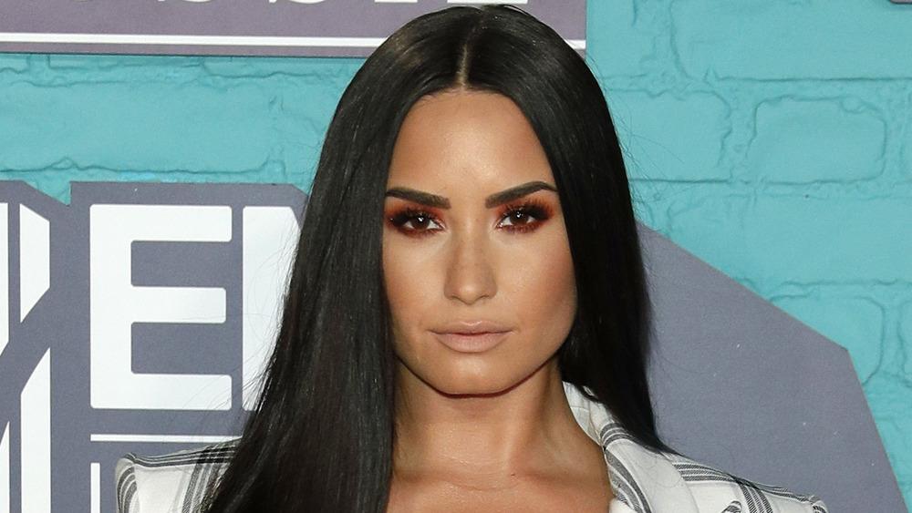 Demi Lovato mirando