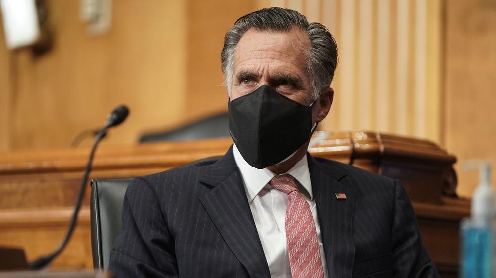 Mitt Romney con una máscara