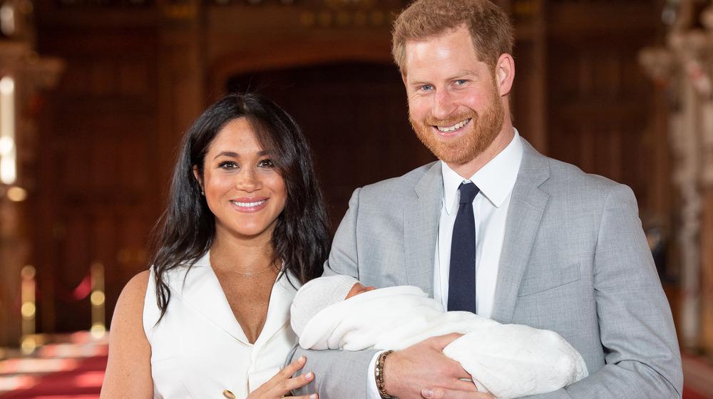 Meghan Markle y el príncipe Harry sosteniendo a Archie