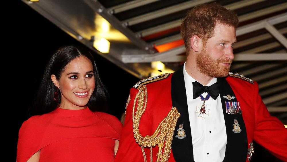 Meghan Markle y el príncipe Harry caminando juntos