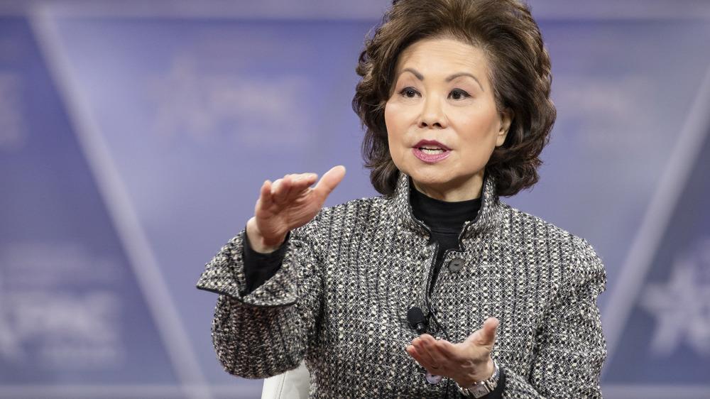 Elaine Chao hablando