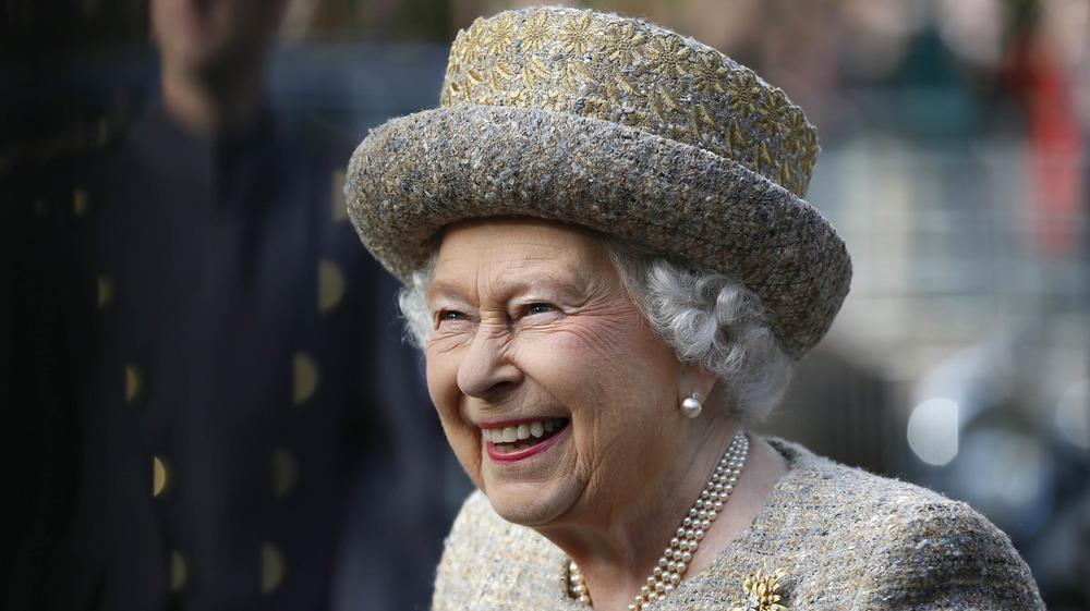 Reina Isabel riendo