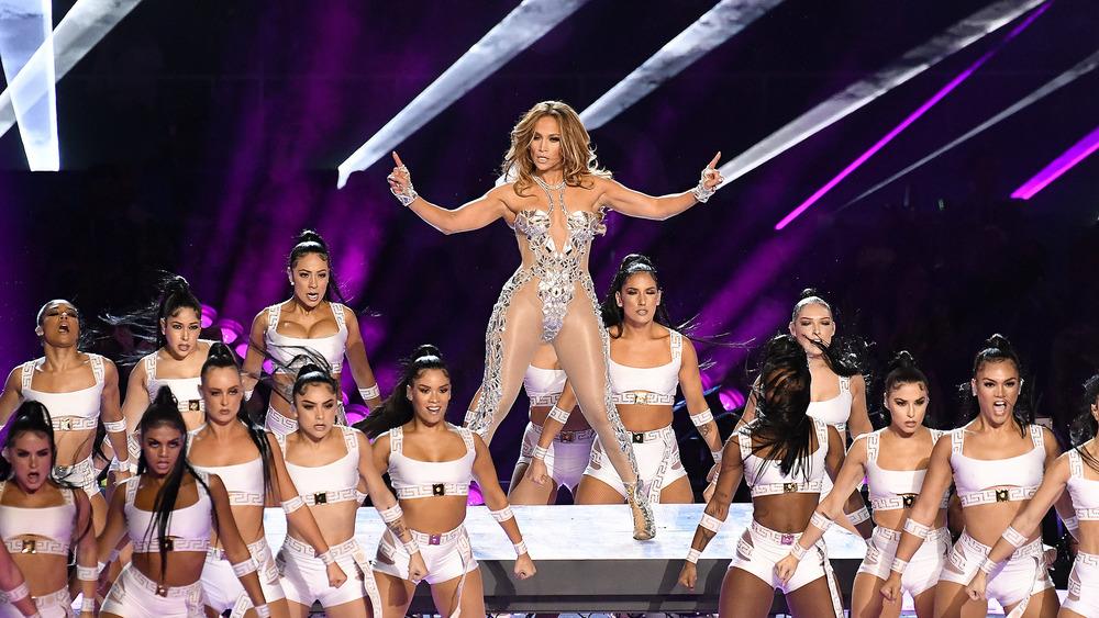 Jennifer Lopez actuando en el espectáculo de medio tiempo del Super Bowl 2020