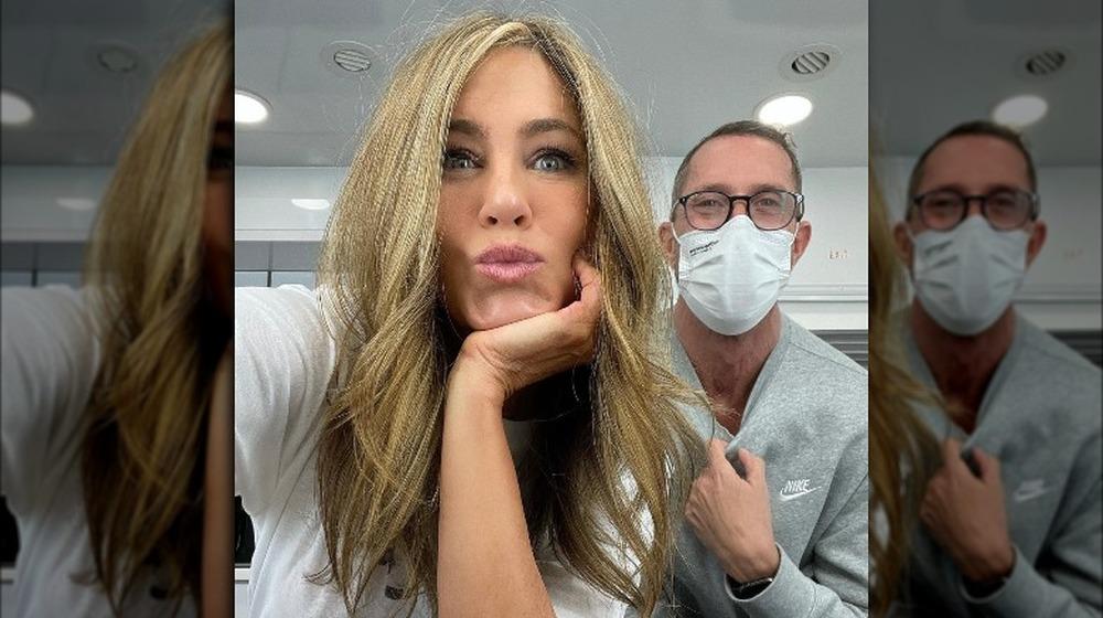 Jennifer Aniston hablando de una selfie mostrando su nuevo peinado