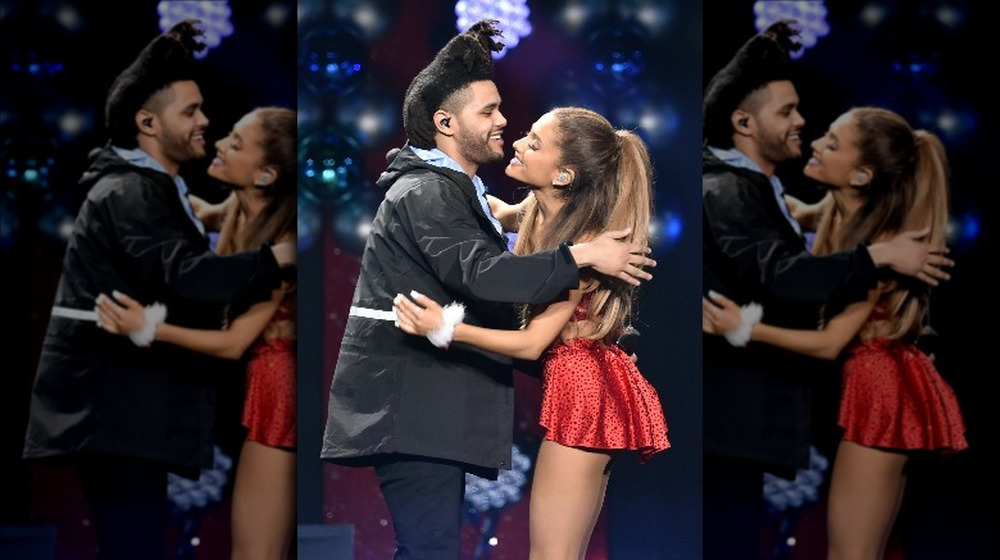 The Weeknd y Ariana Grande abrazándose en el escenario
