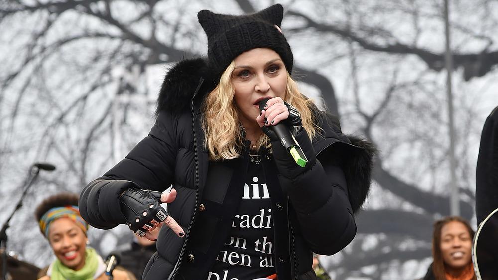 Madonna hablando al aire libre