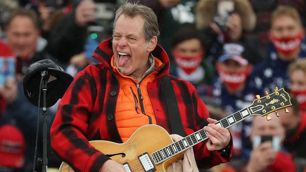 Ted Nugent tocando la guitarra