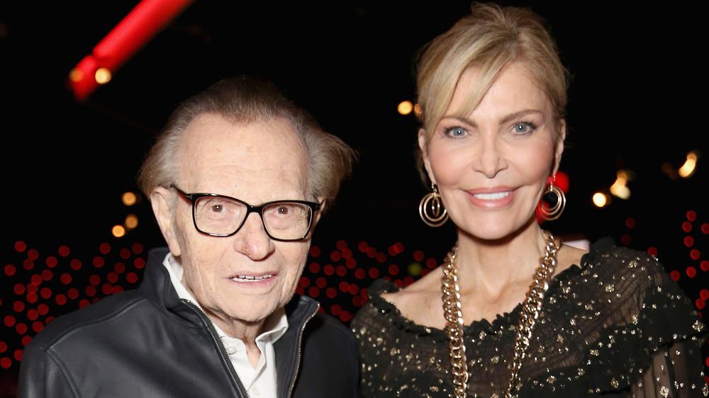Larry King y su esposa Shawn King sonriendo