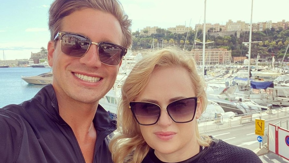 Selfie de Jacob Busch y Rebel Wilson