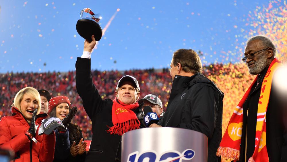 Clark Hunt sosteniendo un trofeo en el Super Bowl