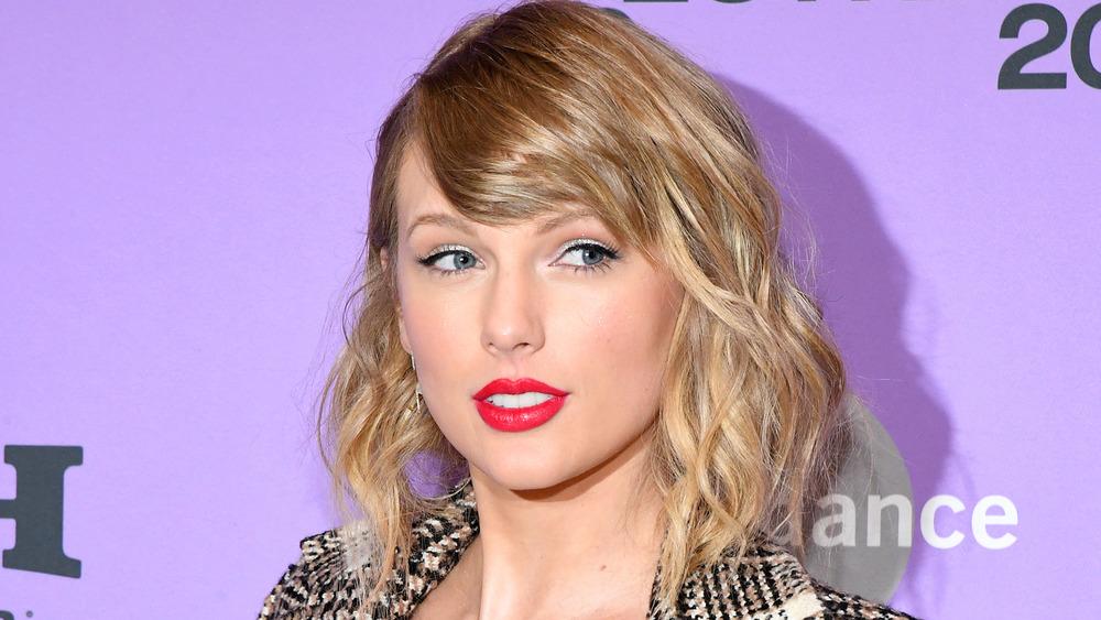 Taylor Swift mirando a otro lado