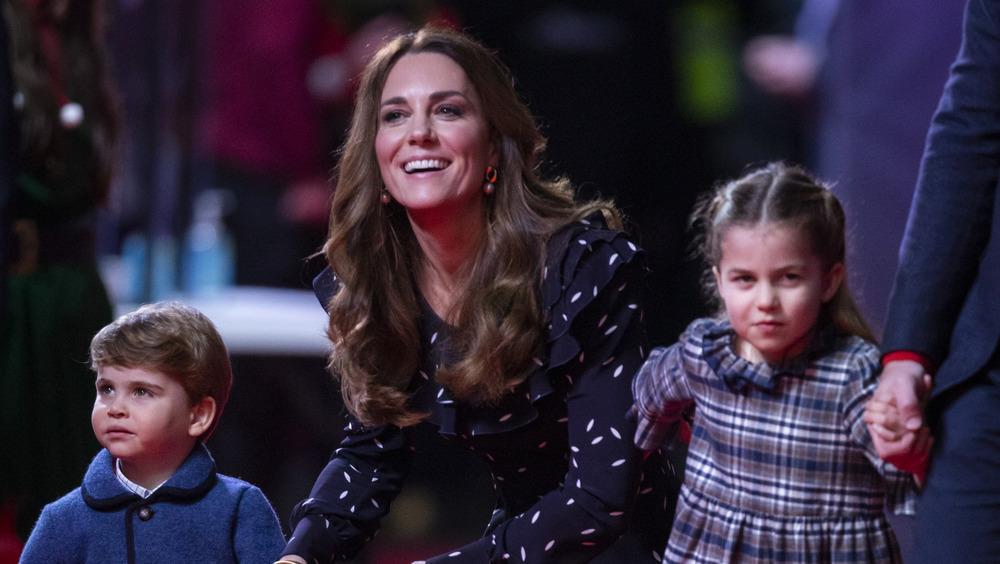 Kate Middleton arrodillada con niños