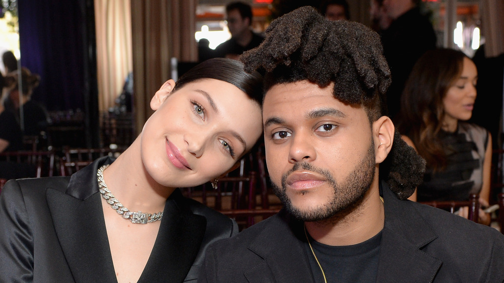 Bella Hadid y The Weeknd posando juntos