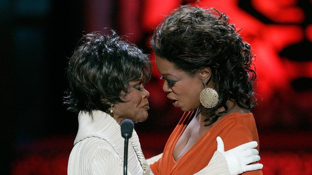 Oprah Winfrey presenta a Cicely Tyson con un premio Lifetime Achievement Award
