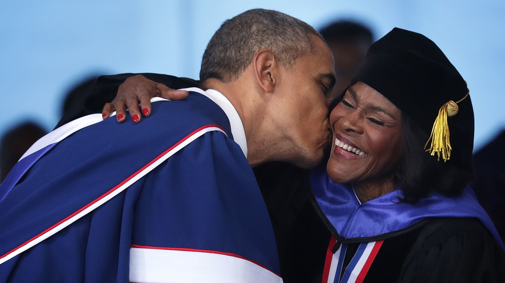 El presidente Barack Obama besa a Cicely Tyson
