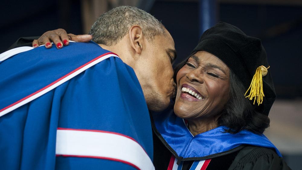 Barack Obama besando a Cicely Tyson