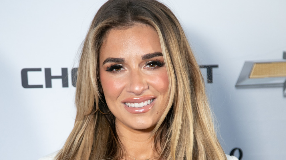 Jessie James Decker sonriendo