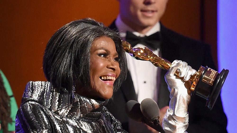 Cicely Tyson sonríe al aceptar su Oscar honorífico en 2019