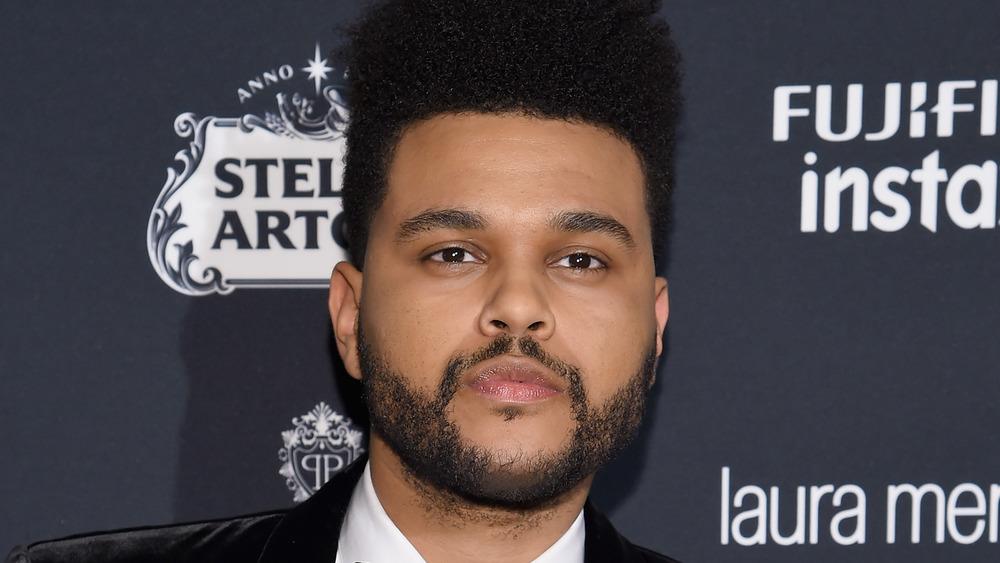 The Weeknd con una expresión suave