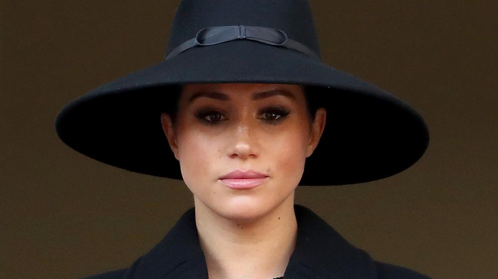 Meghan Markle, la duquesa de Sussex, con sombrero, luciendo seria
