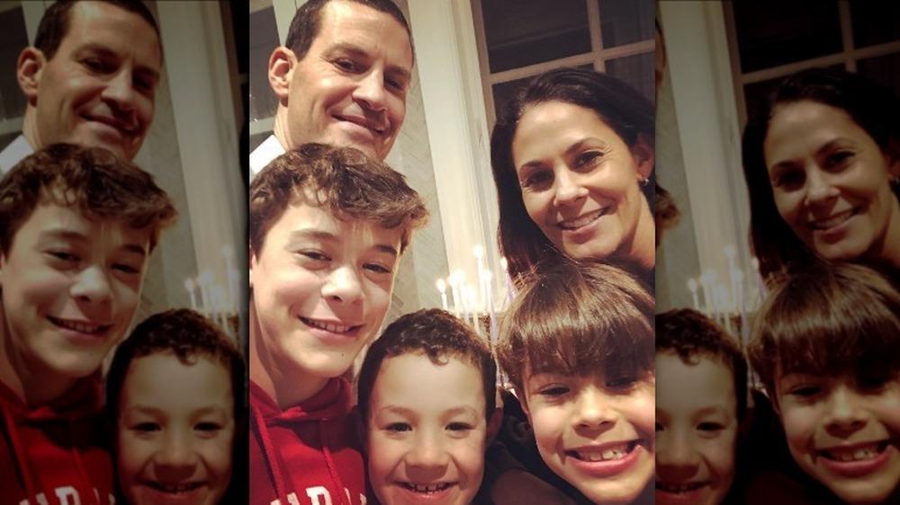 Tracy Wolfson, David Reichel y familia posando para una selfie