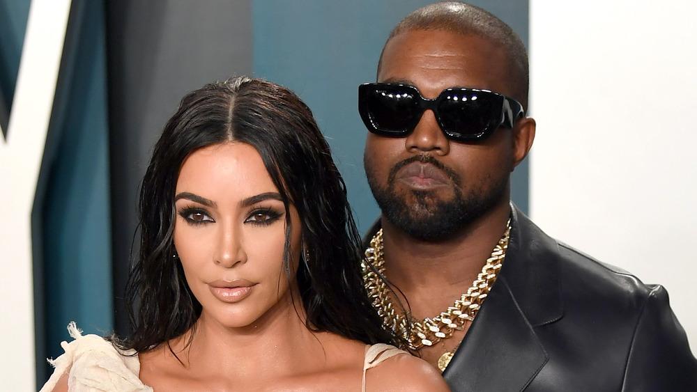 Kim Kardashian West y Kanye West posando para las cámaras