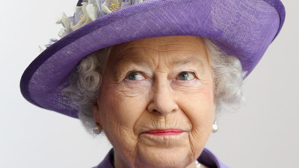 La reina Isabel posando con un sombrero