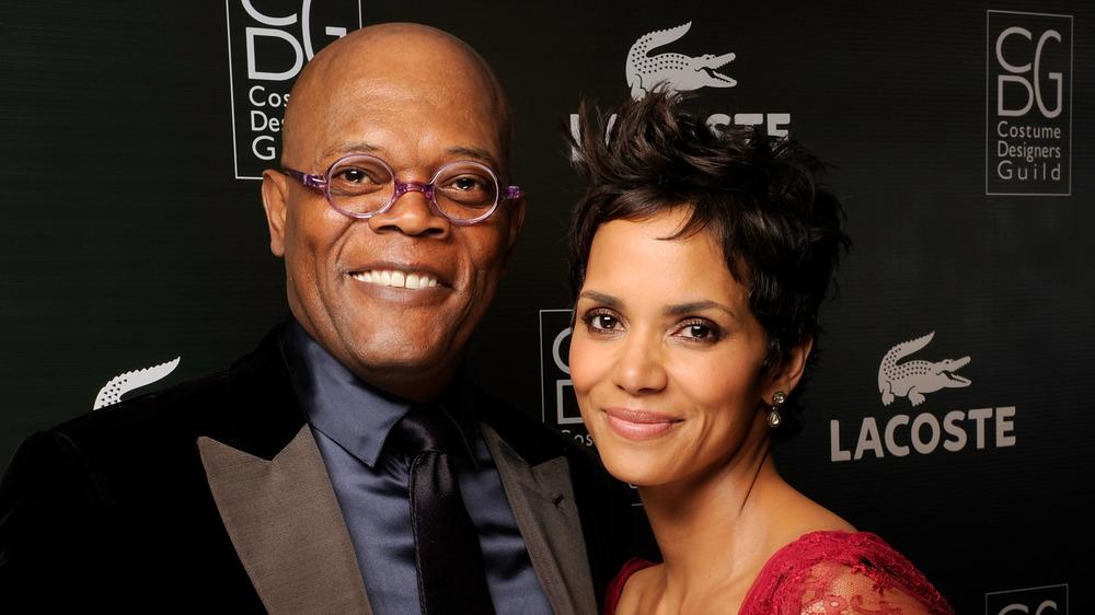 Samuel L.Jackson y Halle Berry sonriendo