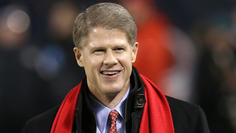 Clark Hunt sonriendo en un partido de fútbol
