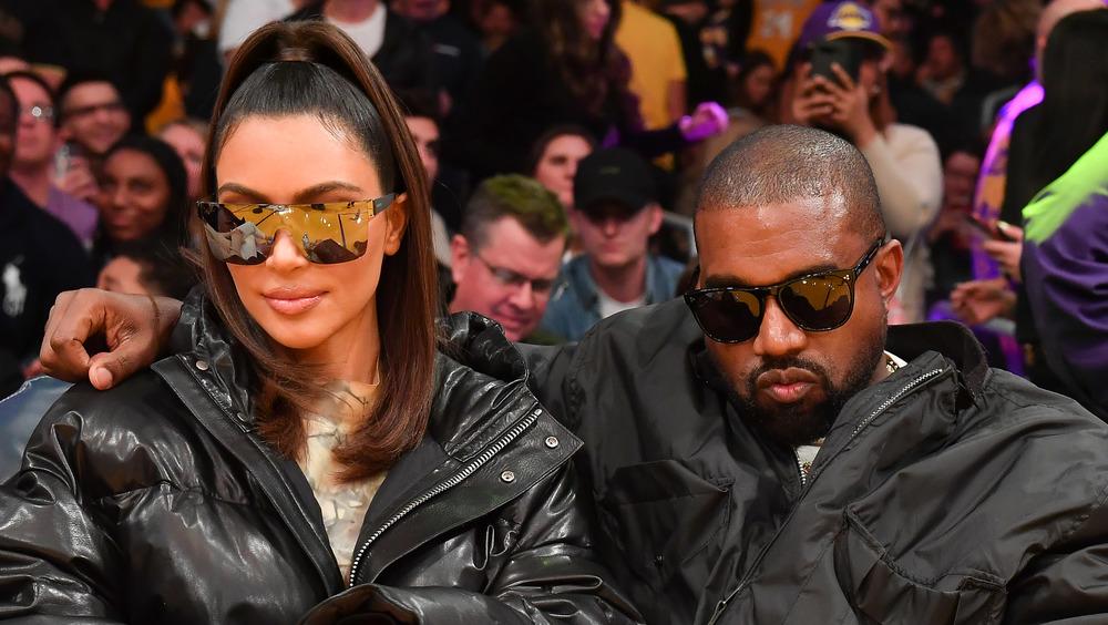 Kim Kardashian y Kanye West en un juego de los Lakers
