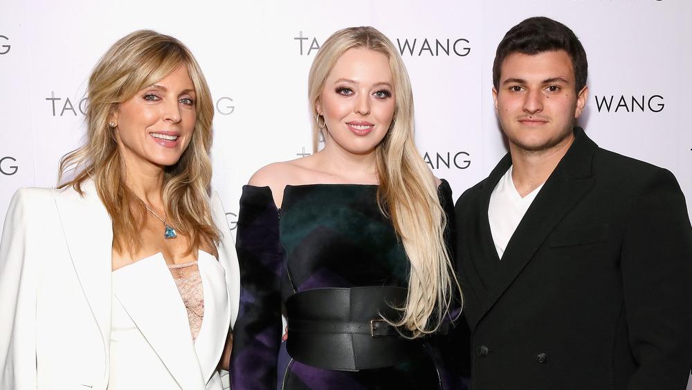 Marla Maples con Tiffany Trump y Michael Boulos en un evento de la semana de la moda