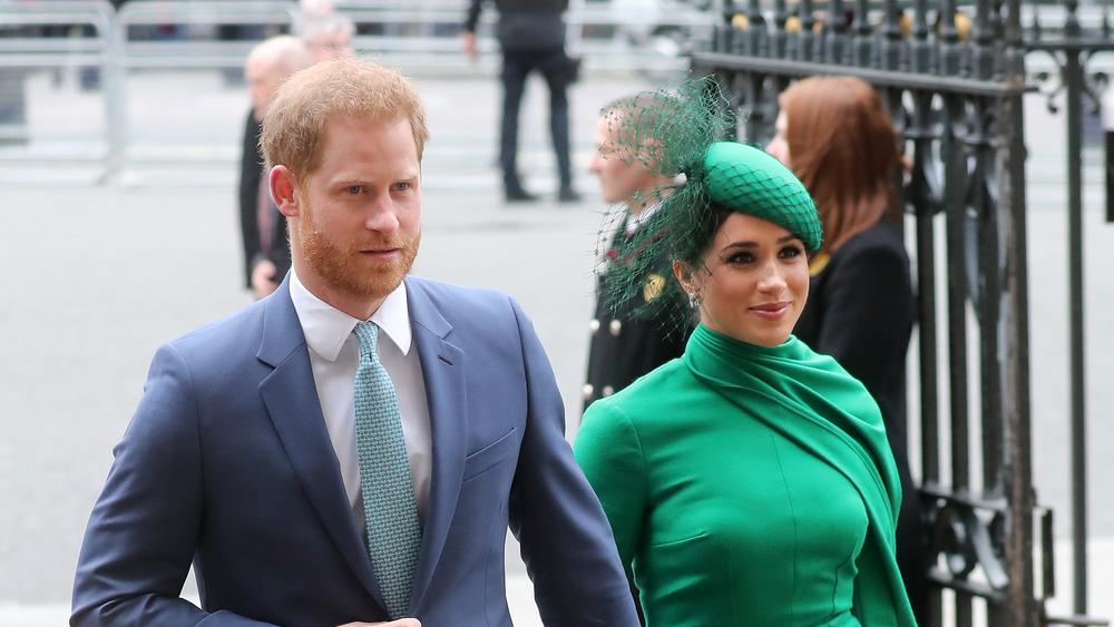 Meghan Markle y el príncipe Harry caminando