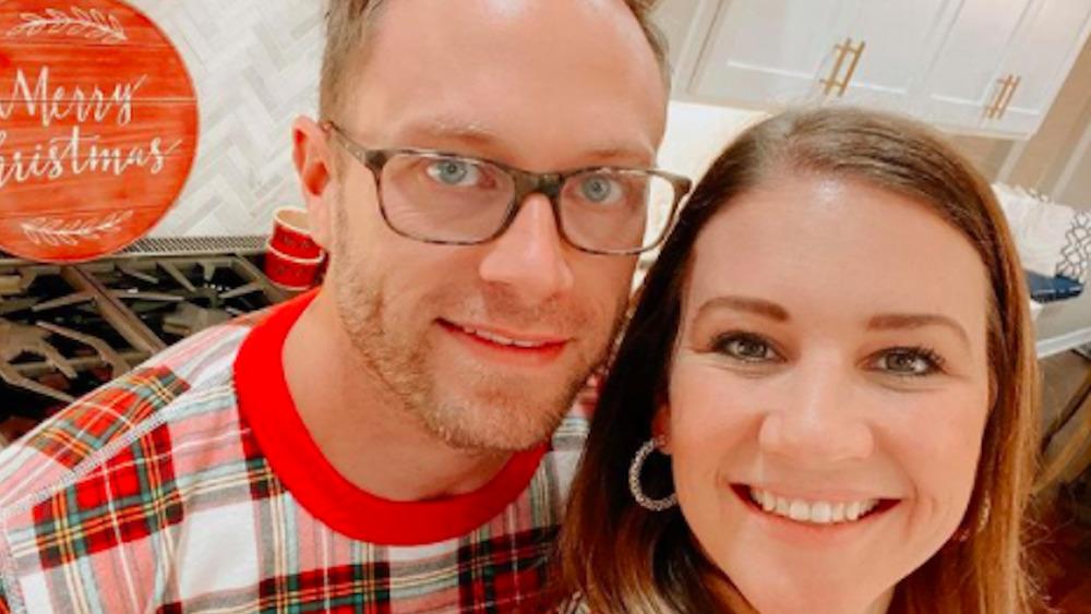 Adam y Danielle Busby posan para una selfie