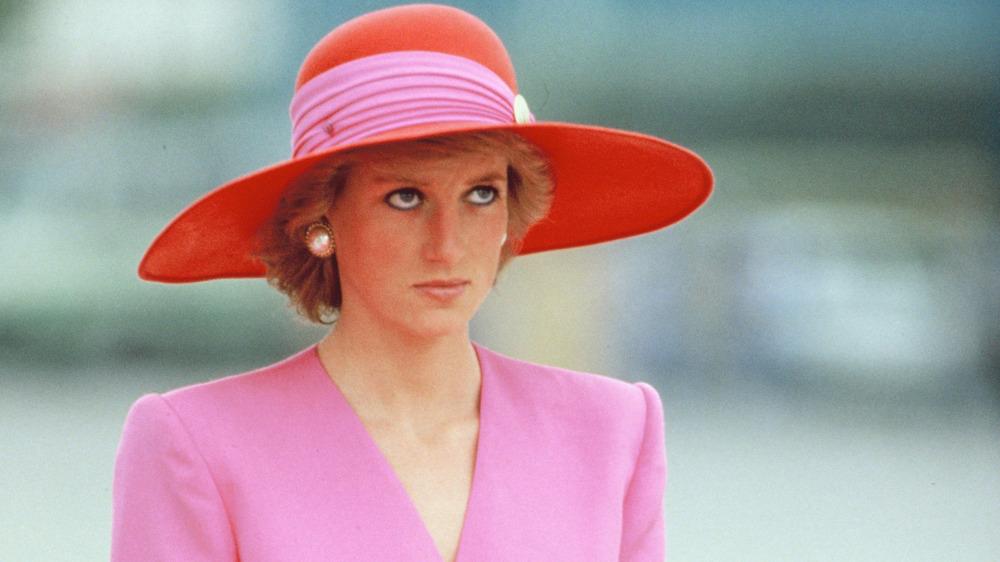 Princesa Diana sombrero rojo y rosa