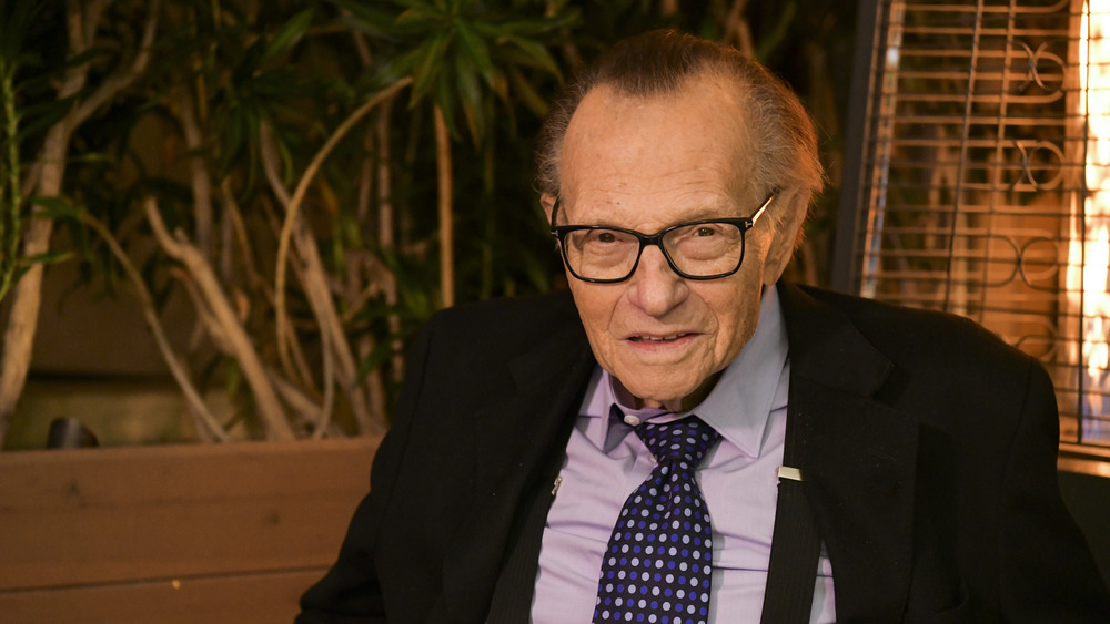Larry King en un escritorio