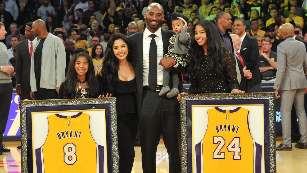 Kobe Bryant y su familia en el juego de los Lakers