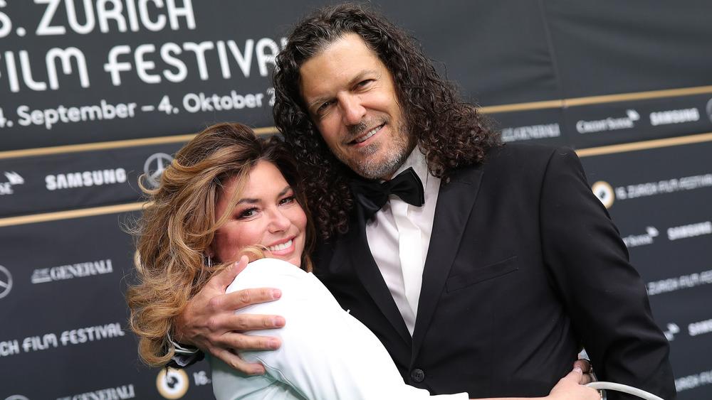 Shania Twain abrazando a Frederic Thiebaud