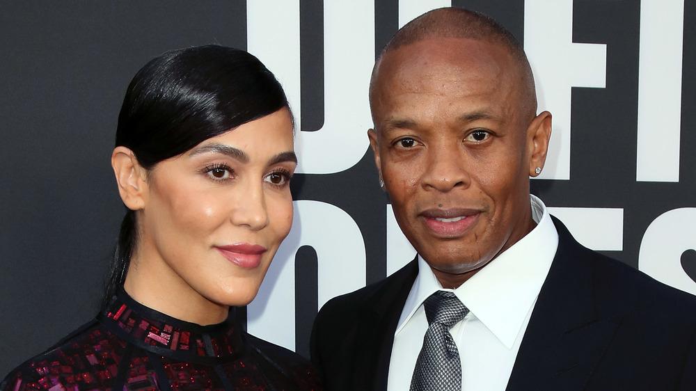 Nicole Young y Dr. Dre posando en la alfombra roja