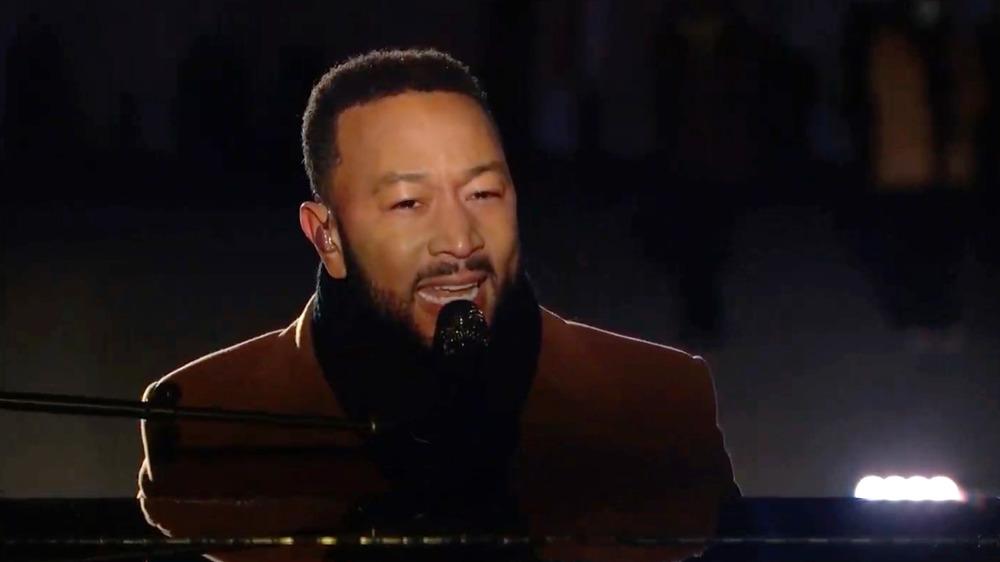 John Legend cantando