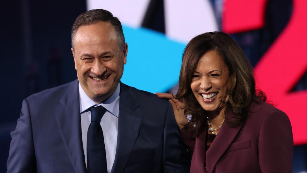 La vicepresidenta Kamala Harris y su esposo, Douglas Emhoff, en el escenario