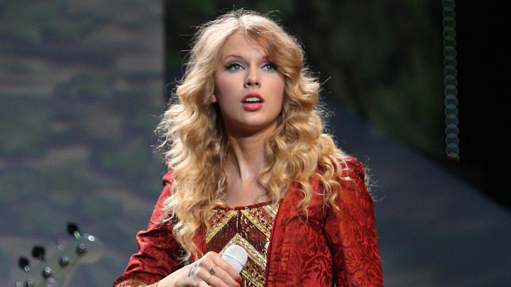 Taylor Swift interpretando Love Story en el escenario