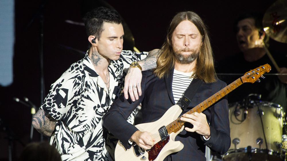 Maroon 5, actuando Adam Levine