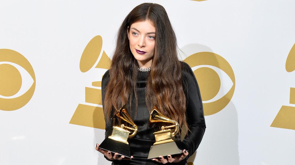 Lorde con premios Grammy