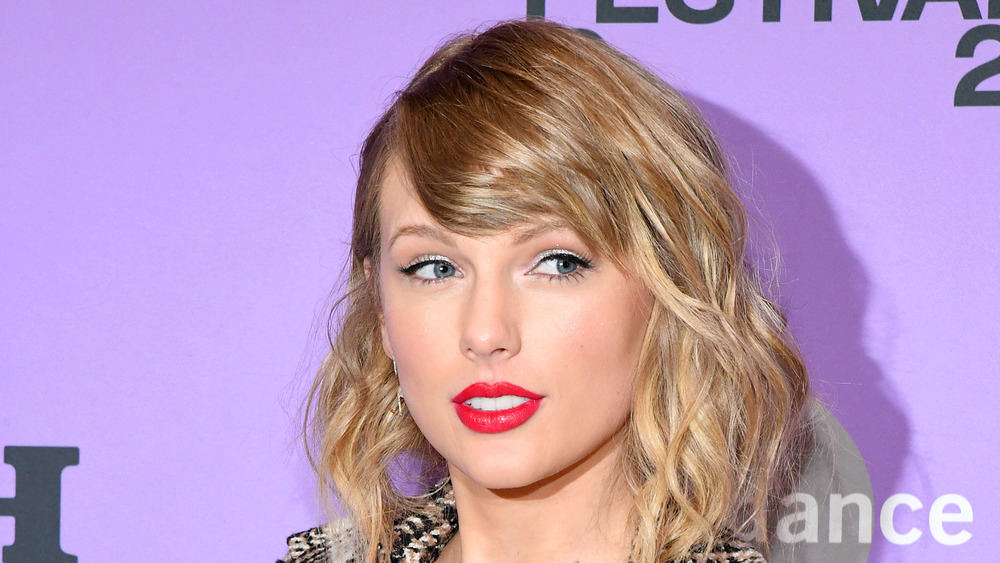 Taylor Swift usa lápiz labial rojo en un evento