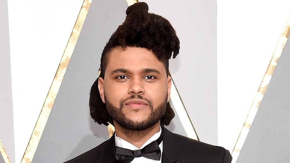 The Weeknd sonriendo en la alfombra roja