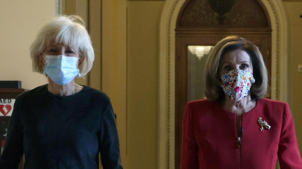 Lesley Stahl y Nancy Pelosi caminando juntas